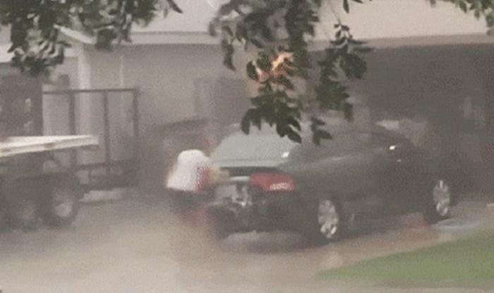 Lik je izašao van i totalno zbunio susjede, pogledajte što je odlučio raditi na pljusku
