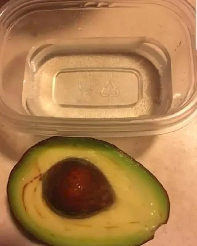 Ne možete pojesti cijeli avokado odjednom? Ako želite da ostane svjež i da ne pocrni, uronite ga u posudicu s vodom.