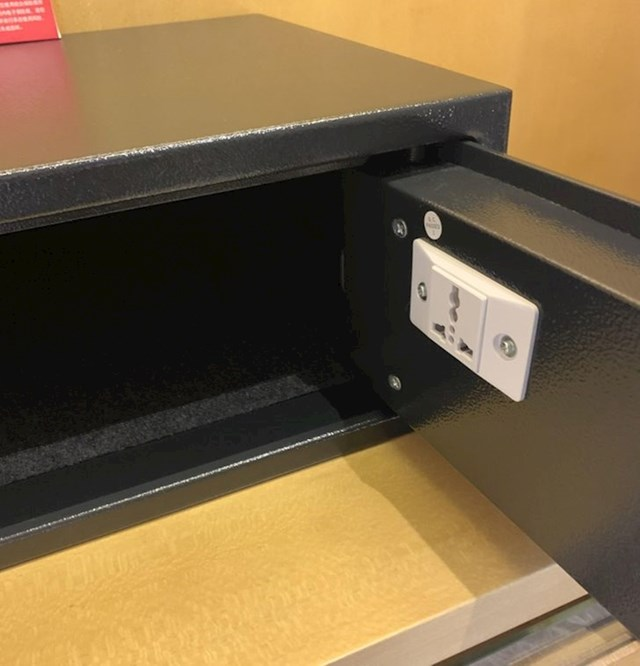 Sef u hotelu ima ugrađenu utičnicu, tako da možete puniti uređaje dok su zaključani.