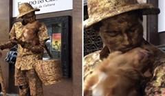 Ovom uličnom performeru svu pažnju je oduzeo preslatki pekinezer