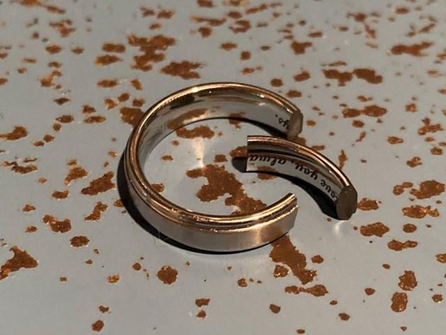 9. A ovaj muž ispustio je vjenčani prsten i razbio ga.