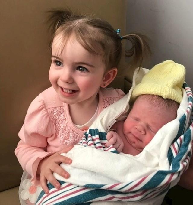 Ona je prvi put se srela svog malog brata!
