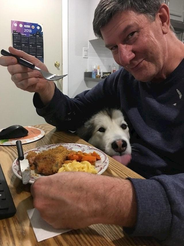"""""""Evo mog ljubimca koji pokušava okusiti večeru moga oca."""""""