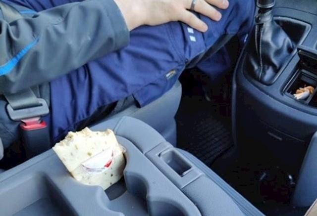 """Moj dečko dok vozi jede sir bez ičega."""