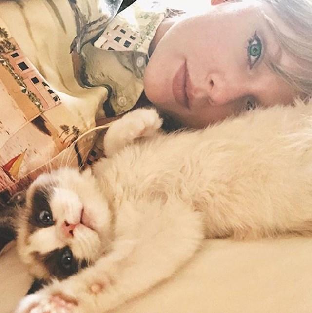 5. Poznata dama koja obožava mačke Taylor Swift sa svojim trećim krznenim ljubimcem Benjaminom.