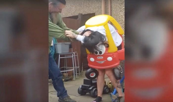 VIDEO Pogledajte ovaj urnebesan trenutak, žena se zaglavila u dječjem automobilu