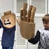 Ova umjetnica kostime izrađuje od kartonskih kutija