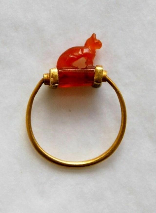 Drevni egipatski zlatni prsten u obliku mačke. Sada se nalazi u zbirci Britanskog muzeja.