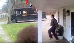 VIDEO Pogledajte genijalnu reakciju dostavljača kad pronađe napojnicu pred vratima ove kuće