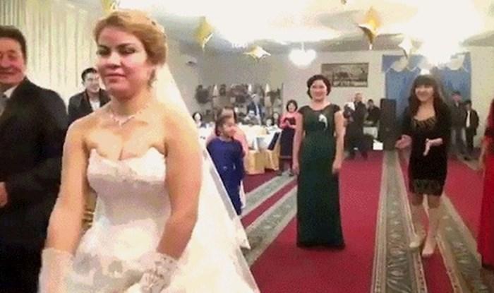 Trebalo je to biti obično vjenčanje, no pogledajte što se dogodilo kad je mladenka bacila buket