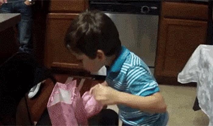 Reakcija ovog dječaka na poklon koji je dobio oduševila je milijune