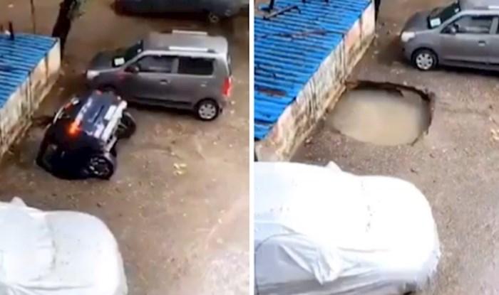"""Zastrašujući video automobila kojeg """"proguta"""" zemlja postao je viralan na društvenim mrežama"""