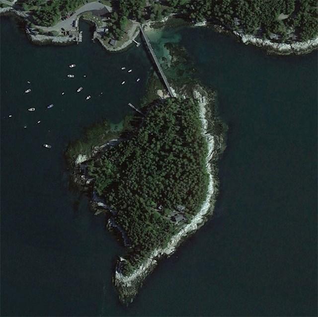 """Ovo je privatni otok na obali Mainea. Most ima vrata, a kuća gleda na zaljev Penobscot."""