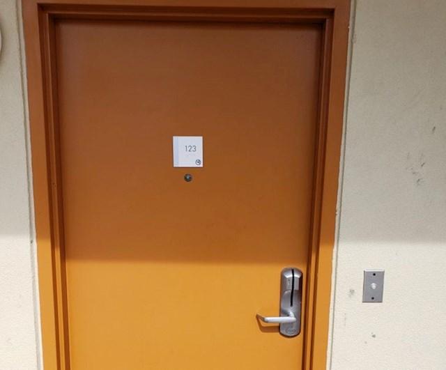Ova hotelska soba ima zvono pred vratima, baš kao kod kuće.
