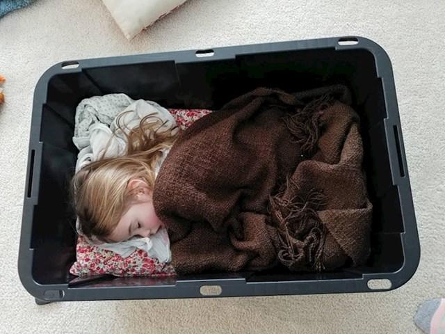 Moja kćer pravi krevete na raznim mjestima. Pronašla sam je kako spava u kutiji za stvari.