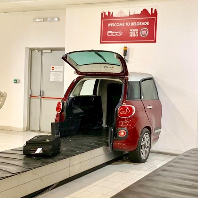 Ova traka za transport prtljage prolazi kroz prtljažnik Fiata.