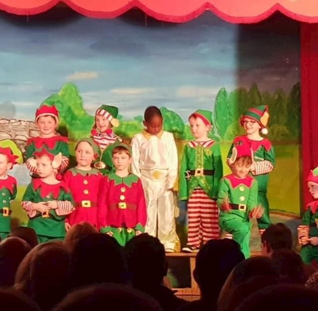 Ova djeca zamoljena su da se preruše u vilenjake za školsku predstavu. Jedno se dijete obuklo kao Elvis...