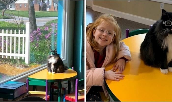 Ova mačka pomaže djeci da se osjećaju ugodno s naočalama kada odu kod optometrista