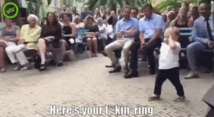 Malo dijete je mladencima donijelo prsten, ali na svoj način