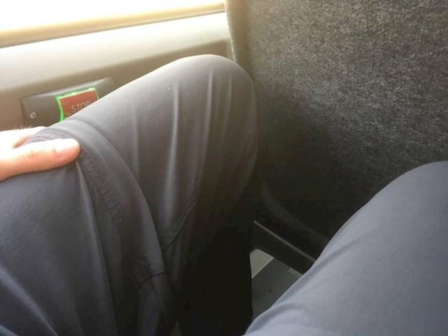 U ovom autobusu gumb za stop je točno gdje nasloniš koljeno tako da stalno svira stop, a ljudi ne trebaju izaći