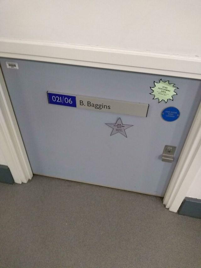 Mini vrata na jednom sveučilištu koja pripadaju Bilbu Bagginsu