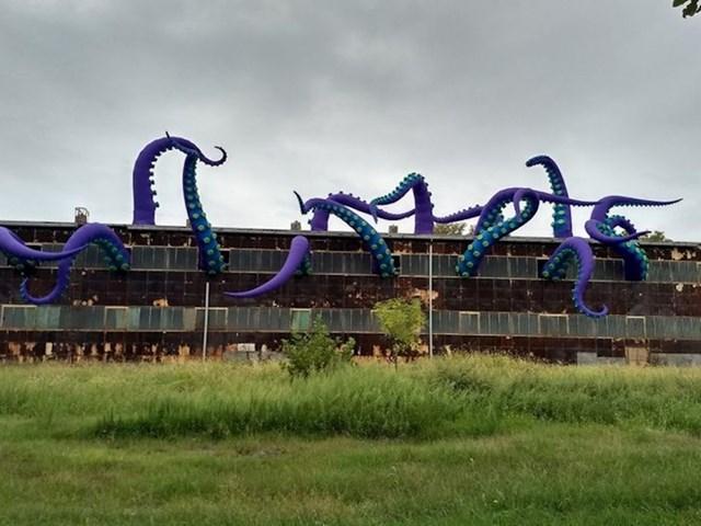 Art instalacija na napuštenoj zgradi izgleda kao iz serije Stranger things