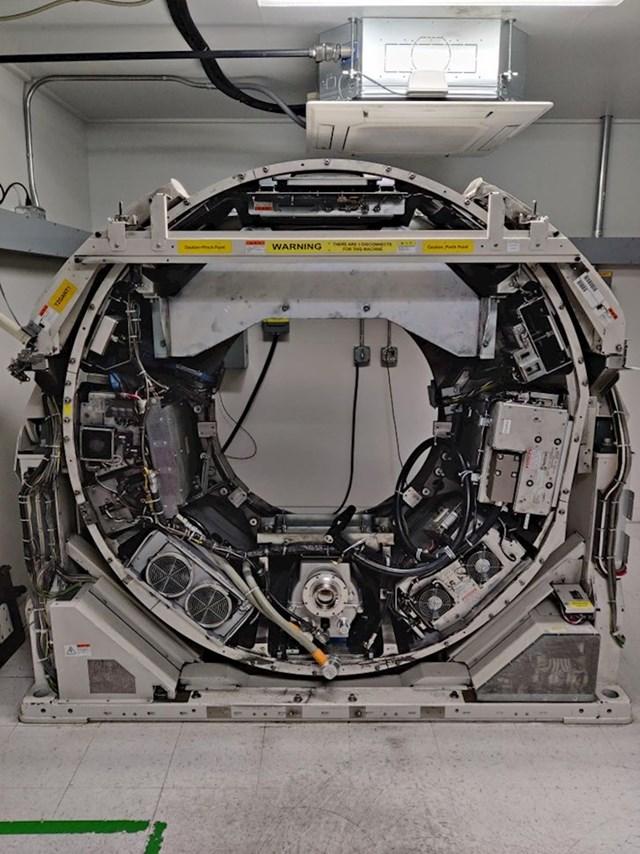 MRI stroj bez plastike koja ga okružuje