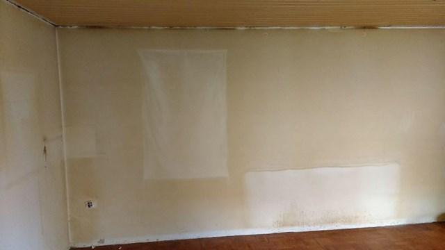 Iseljavanje pušača iz stana, točno se vidi gdje su bili kauč i slika