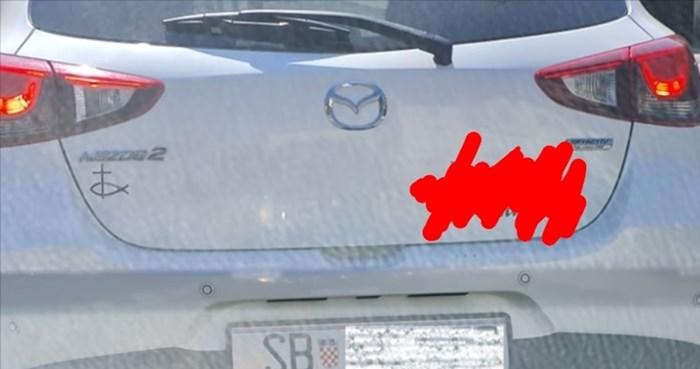 Hit fotka iz Opatije: Urnebesnim natpisom svima je dala do znanja kakva je vozačica u autu
