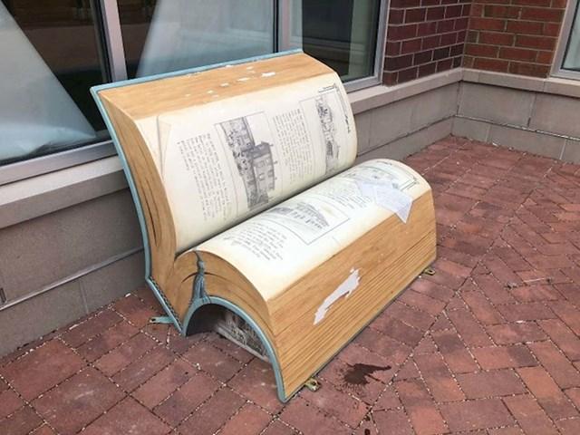 Klupa u obliku knjige