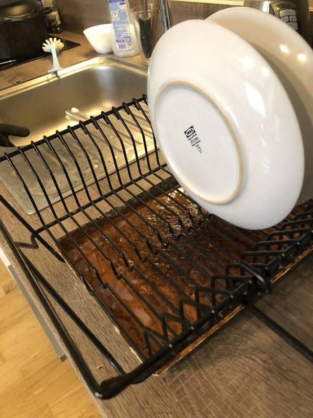 Pladanj ispod sušila za posuđe zahrđa u kontaktu s vodom