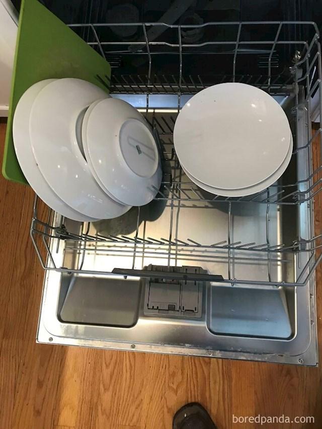 Moja svekrva je kod nas par dana i ovako ona puni perilicu za suđe
