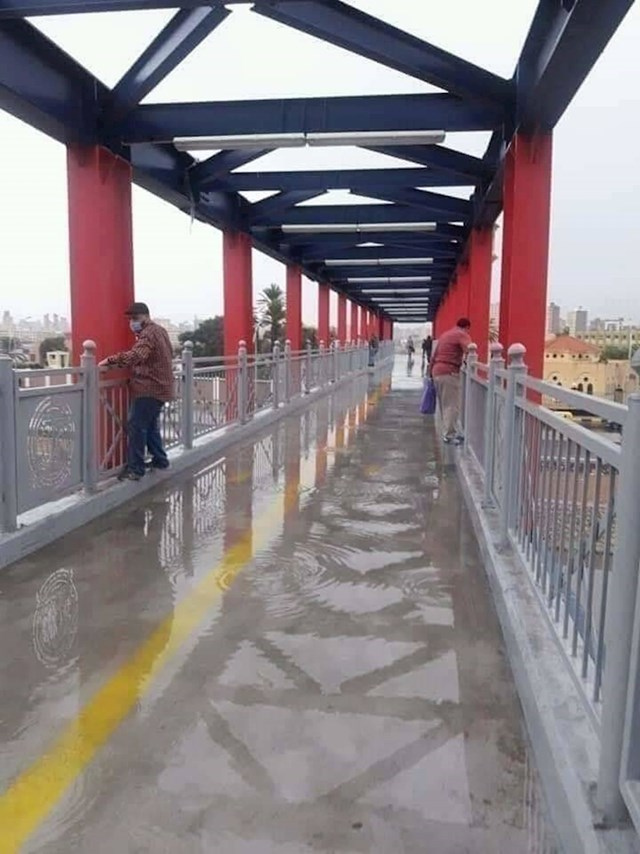 Ovaj most je projektiran tako da pri svakoj kiši ljudi moraju ili zaplivati ili odraditi trening preko ograde kako bi ostali suhi