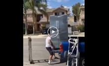Ljudi ne vjeruju da je ova snimka stvarna: Tip je potpuno sam pokušao istovariti veliki hladnjak