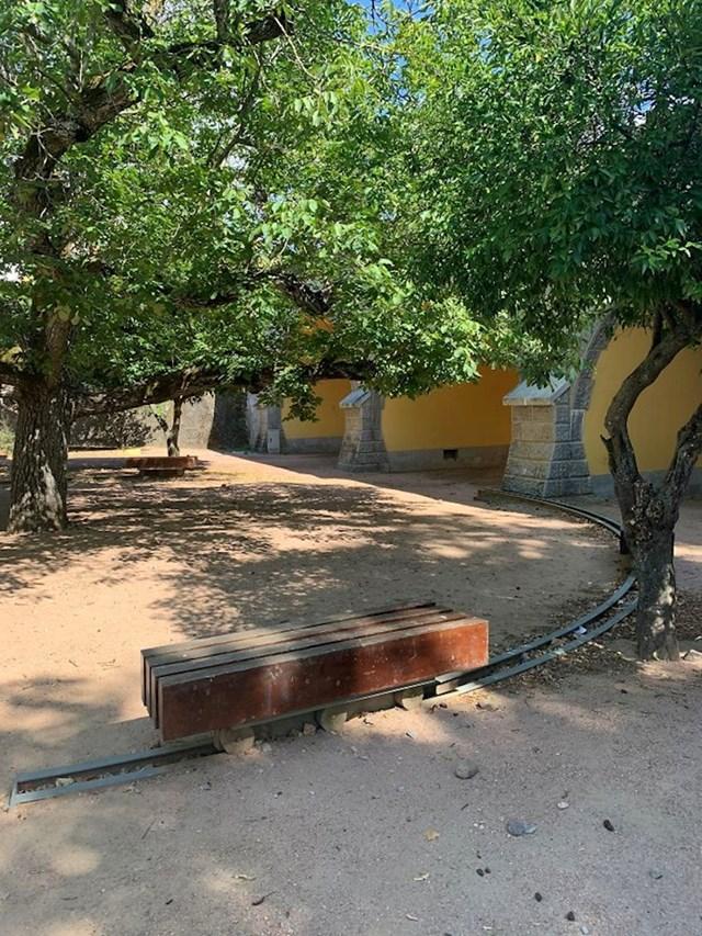 Klupe u ovom parku nalaze se na tračnicama kako bi odabrali želite li biti u hladu ili u suncu