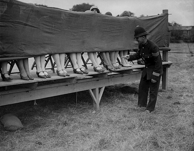 Policajac daje ocjene na ovom natjecanju najljepših nožnih gležnjeva (London, 1930.)