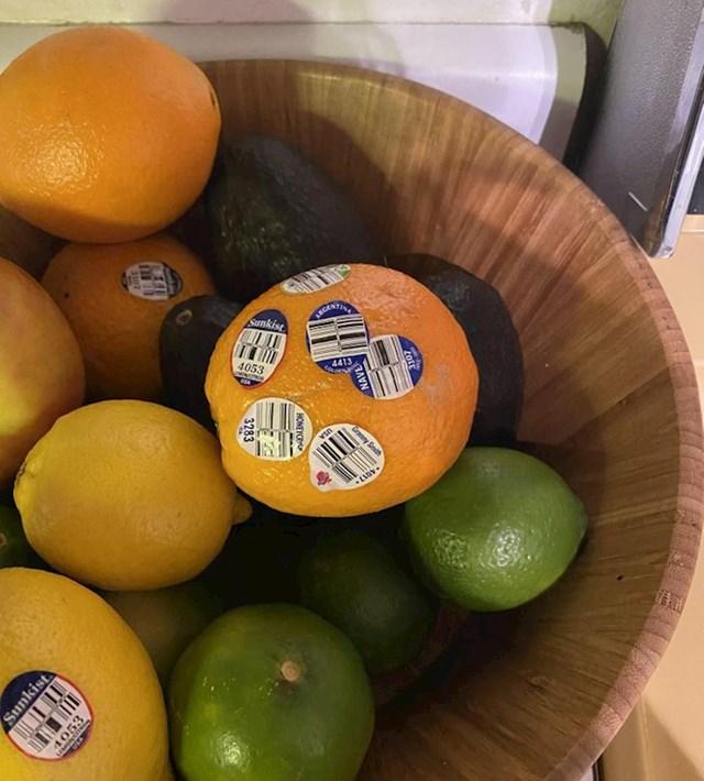 moj suprug ne baca nalijepnice s voća već samo nalijepi na iduću voćku