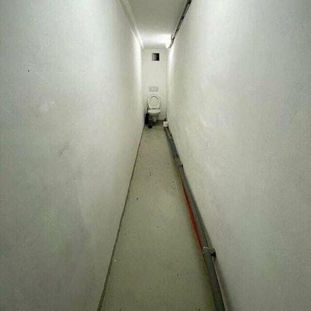WC je ravno niz hodnik. Doslovno