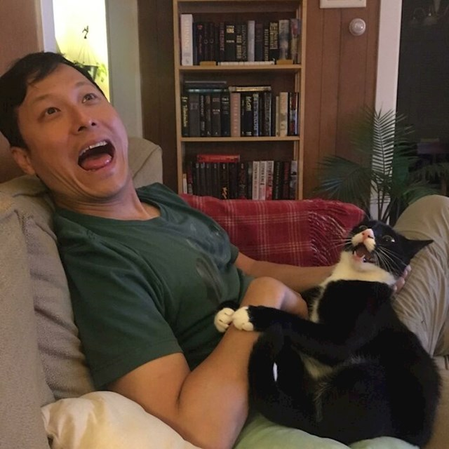 Moj dečko i moja mačka imaju posebno vezu. Osjećam se kao višak