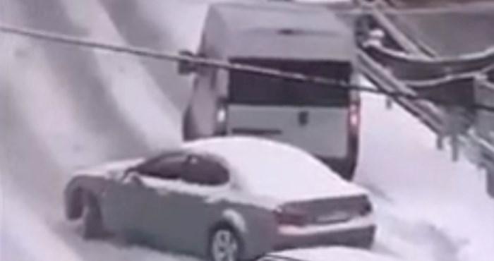 Tip u novom autu je zapeo u snijegu, uslijedile su salve smijeha kad su vidjeli tko ga je zaobišao