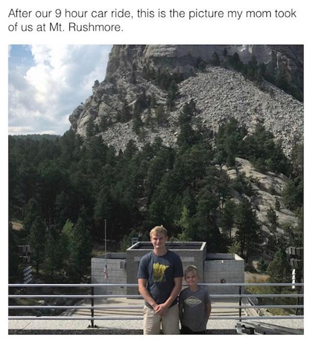 Nakon 9 sati vožnje, ovu fotku mene i brata je mama uhvatila ispred planine Rushmore, predsjednici se ni ne vide