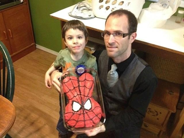 """""""Moj sin je htio kolač u obliku Spider-Mana. Ovo je bio moj prvi pokušaj."""""""