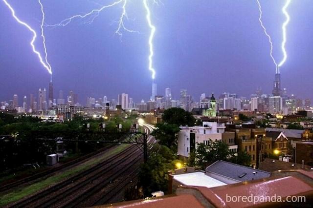 3 munje udarile su istovremeno u 3 najviše zgrade u Chicagu