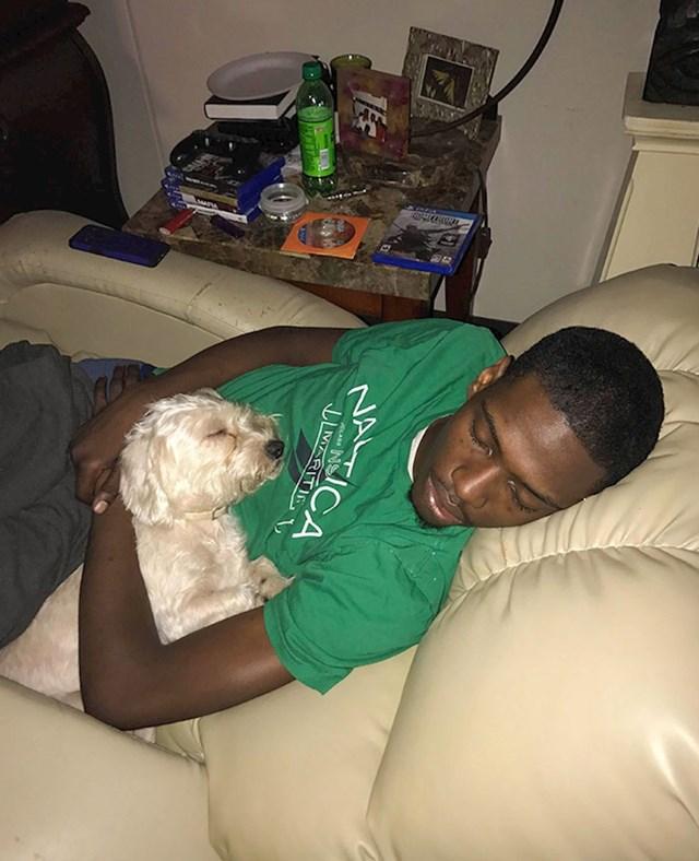 Moj pas i dečko prvu noć kad su se upoznali