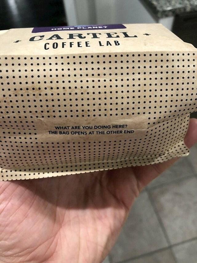 Natpis na dnu moje ambalaže s kavom (Što radiš ovdje? Vrećica se otvara s druge strane)