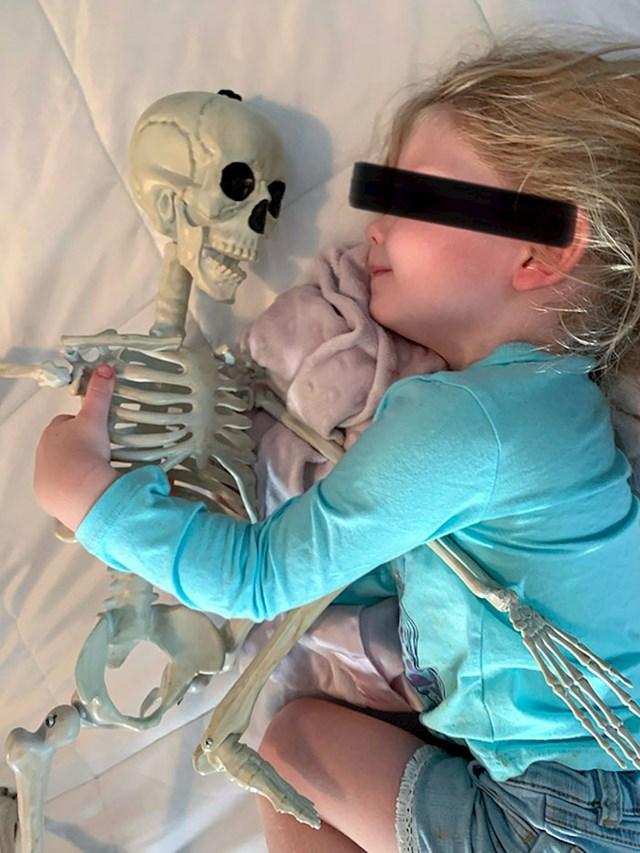 Moja nećakinja je zaljubljena u svog kostura
