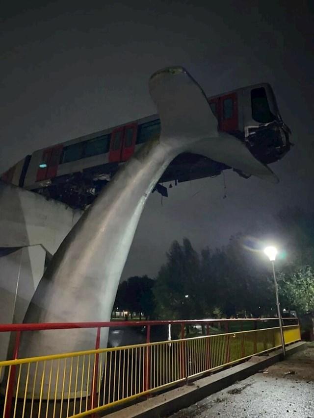 Vlak je probio zaštitnu ogradu i završio na skulpturi kita. Nizozemska, 2020. godina