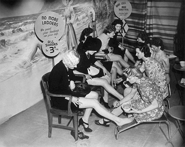 Žene bojaju noge kako bi postigle efekt nošenja najlonki, naime najlon je tek bio izumljen pa su se najlon i svila najviše koristili u ratu za padobrane pa je najlonke bilo ili nemogće pronaći ili su bile strašno skupe
