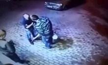 Dvojica mladića napala su starijeg čovjeka na parkingu, nisu znali da je bio boksač...