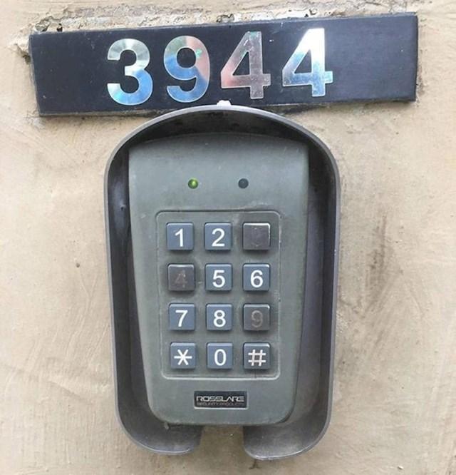 Gore je kućni broj, a ispod PIN kojeg je majstor postavio